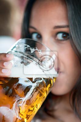 Крупным планом молодая женщина с бокалом пива, 20x30 см, на бумагеПивной ресторан<br>Постер на холсте или бумаге. Любого нужного вам размера. В раме или без. Подвес в комплекте. Трехслойная надежная упаковка. Доставим в любую точку России. Вам осталось только повесить картину на стену!<br>