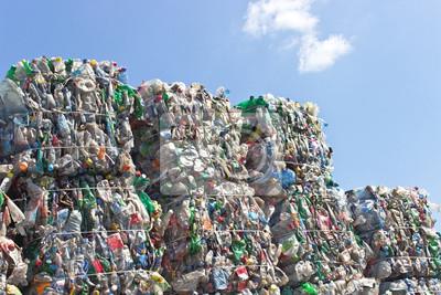 Стопка пластиковых бутылок для переработки на синем небе, 30x20 см, на бумагеПроизводство пластика<br>Постер на холсте или бумаге. Любого нужного вам размера. В раме или без. Подвес в комплекте. Трехслойная надежная упаковка. Доставим в любую точку России. Вам осталось только повесить картину на стену!<br>