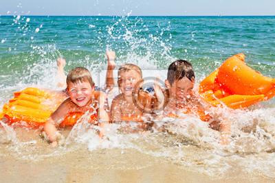 Дети играют на пляже, 30x20 см, на бумаге06.01 Международный день защиты детей<br>Постер на холсте или бумаге. Любого нужного вам размера. В раме или без. Подвес в комплекте. Трехслойная надежная упаковка. Доставим в любую точку России. Вам осталось только повесить картину на стену!<br>