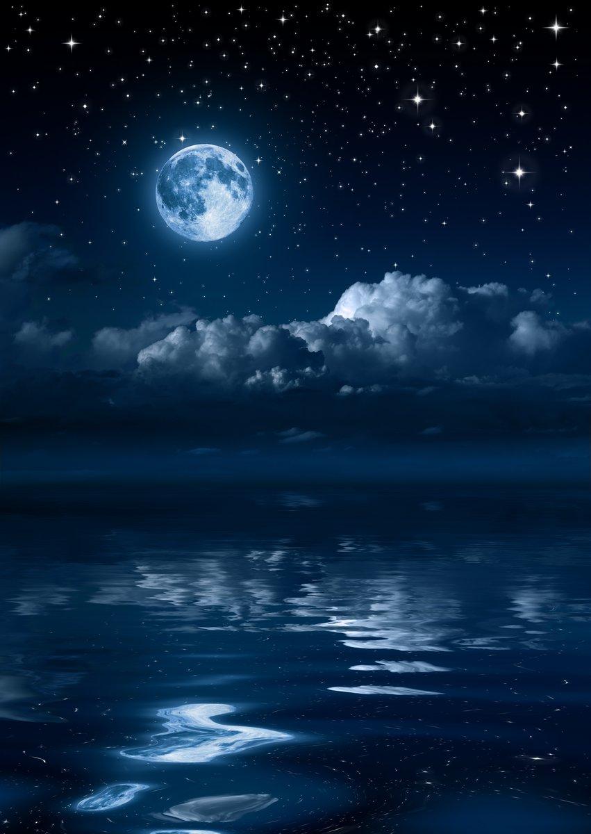 Постер Полнолуние Луна и облака ночью на мореПолнолуние<br>Постер на холсте или бумаге. Любого нужного вам размера. В раме или без. Подвес в комплекте. Трехслойная надежная упаковка. Доставим в любую точку России. Вам осталось только повесить картину на стену!<br>