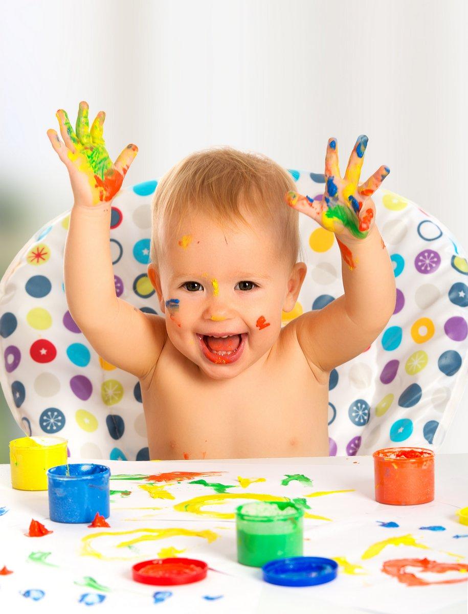 Постер Счастливый ребенок рисует цветными красками рукиДети<br>Постер на холсте или бумаге. Любого нужного вам размера. В раме или без. Подвес в комплекте. Трехслойная надежная упаковка. Доставим в любую точку России. Вам осталось только повесить картину на стену!<br>