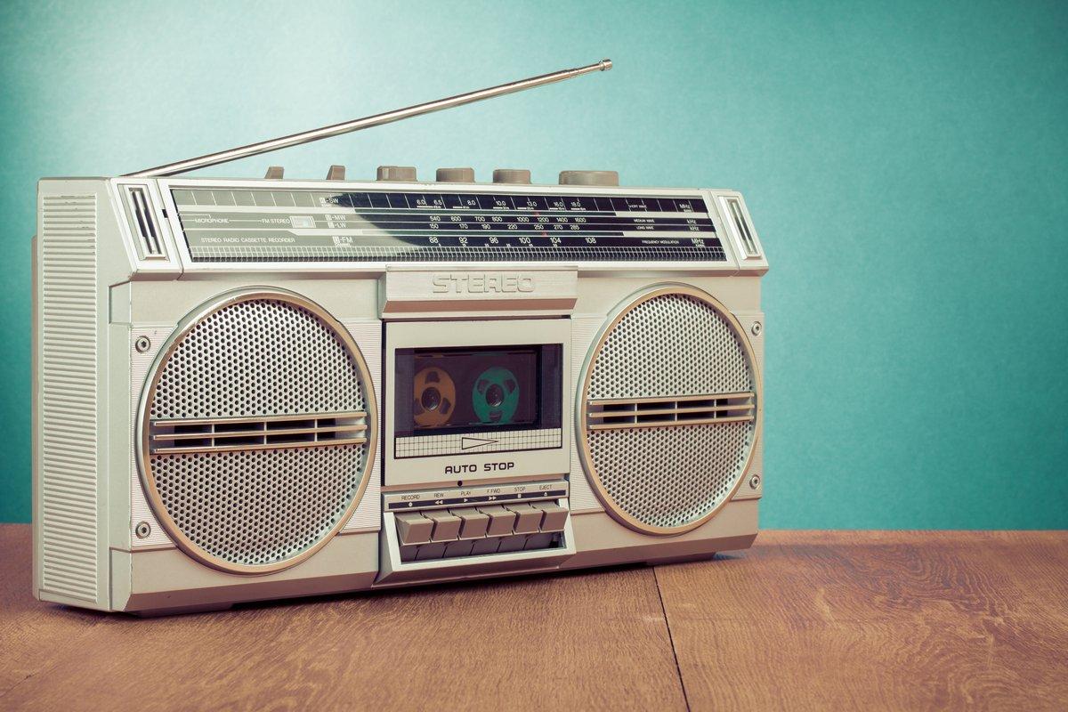 Постер Музыка Ретро радио и Кассетный стерео ghetto blaster диктофонМузыка<br>Постер на холсте или бумаге. Любого нужного вам размера. В раме или без. Подвес в комплекте. Трехслойная надежная упаковка. Доставим в любую точку России. Вам осталось только повесить картину на стену!<br>