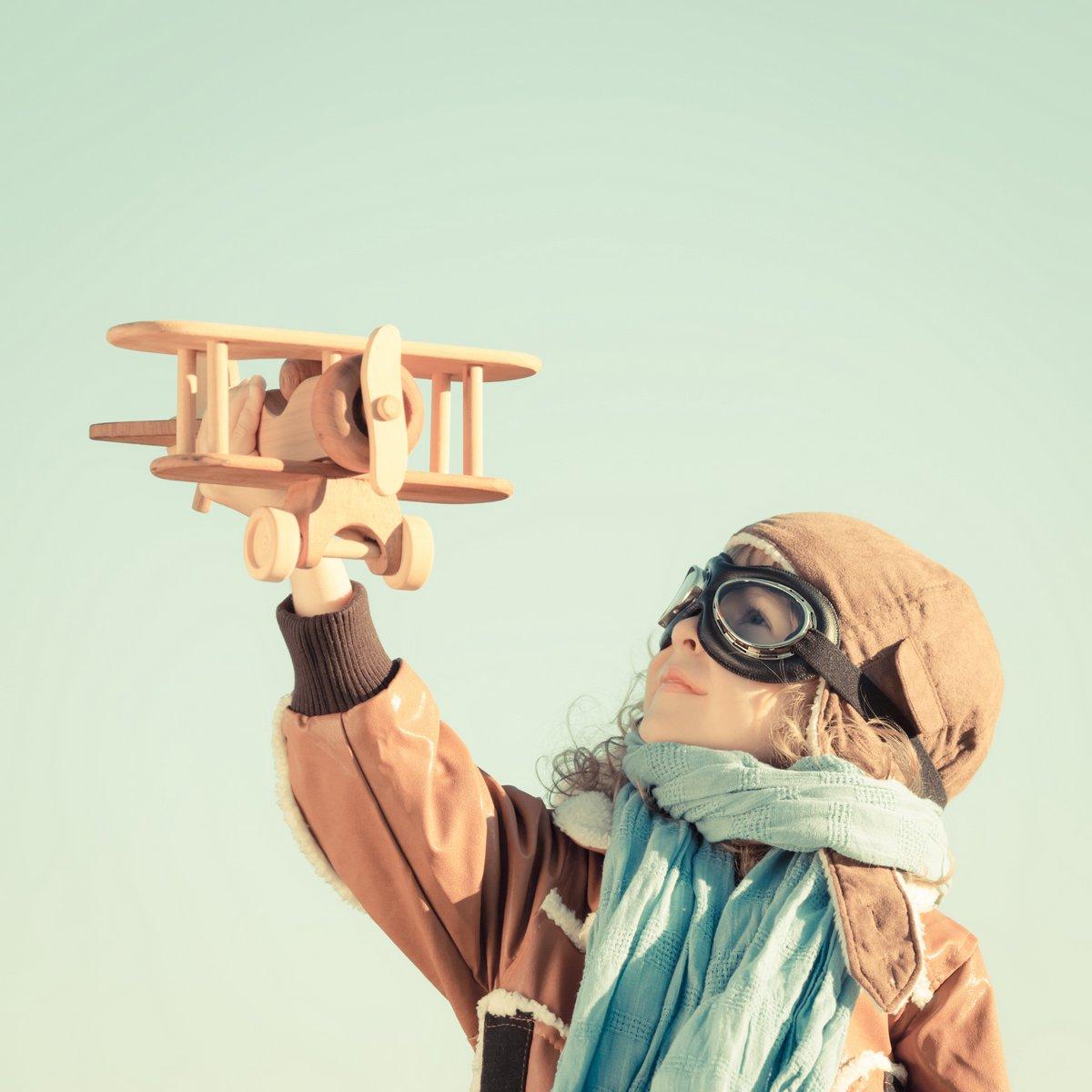 Постер Счастливый малыш играет с игрушкой самолетДети<br>Постер на холсте или бумаге. Любого нужного вам размера. В раме или без. Подвес в комплекте. Трехслойная надежная упаковка. Доставим в любую точку России. Вам осталось только повесить картину на стену!<br>