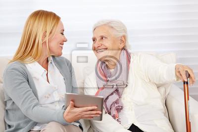 Фрау zeigt Seniorin einen планшетный компьютер, 30x20 см, на бумаге06.08 День социального работника<br>Постер на холсте или бумаге. Любого нужного вам размера. В раме или без. Подвес в комплекте. Трехслойная надежная упаковка. Доставим в любую точку России. Вам осталось только повесить картину на стену!<br>