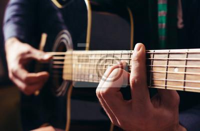 Человек, играющий музыку в черный деревянный акустическая гитара, 31x20 см, на бумагеМузыка<br>Постер на холсте или бумаге. Любого нужного вам размера. В раме или без. Подвес в комплекте. Трехслойная надежная упаковка. Доставим в любую точку России. Вам осталось только повесить картину на стену!<br>