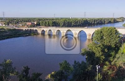 Постер Новосибирск Длинный мост над синей рекойНовосибирск<br>Постер на холсте или бумаге. Любого нужного вам размера. В раме или без. Подвес в комплекте. Трехслойная надежная упаковка. Доставим в любую точку России. Вам осталось только повесить картину на стену!<br>