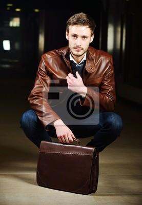 Постер Модный молодой человек с кожаной одеждыМужской стиль, сумки<br>Постер на холсте или бумаге. Любого нужного вам размера. В раме или без. Подвес в комплекте. Трехслойная надежная упаковка. Доставим в любую точку России. Вам осталось только повесить картину на стену!<br>