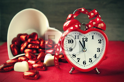Постер Праздники Валентина в форме сердца красный люблю часы с конфетами, 30x20 см, на бумаге02.14 День Святого Валентина (День всех влюбленных)<br>Постер на холсте или бумаге. Любого нужного вам размера. В раме или без. Подвес в комплекте. Трехслойная надежная упаковка. Доставим в любую точку России. Вам осталось только повесить картину на стену!<br>