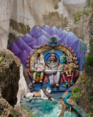 Постер Куала-Лумпур Статуи Индуистских богов в пещеры Бату, Куала-ЛумпурКуала-Лумпур<br>Постер на холсте или бумаге. Любого нужного вам размера. В раме или без. Подвес в комплекте. Трехслойная надежная упаковка. Доставим в любую точку России. Вам осталось только повесить картину на стену!<br>