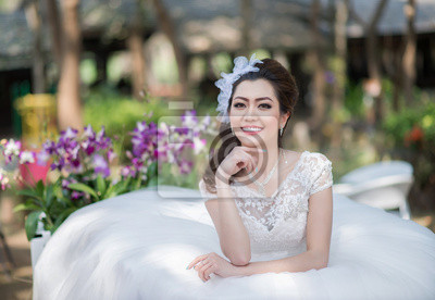 Постер Красивая девушка в свадебном платьеКореянки<br>Постер на холсте или бумаге. Любого нужного вам размера. В раме или без. Подвес в комплекте. Трехслойная надежная упаковка. Доставим в любую точку России. Вам осталось только повесить картину на стену!<br>
