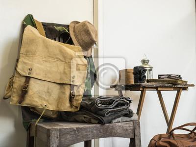 Постер Винтажный мужской одеждыМужской стиль, сумки<br>Постер на холсте или бумаге. Любого нужного вам размера. В раме или без. Подвес в комплекте. Трехслойная надежная упаковка. Доставим в любую точку России. Вам осталось только повесить картину на стену!<br>