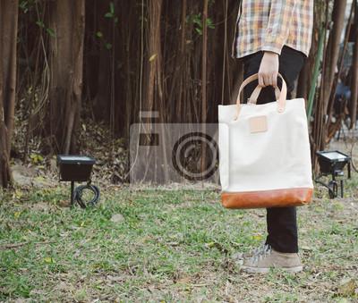 Постер Мужчина с холста мешокМужской стиль, сумки<br>Постер на холсте или бумаге. Любого нужного вам размера. В раме или без. Подвес в комплекте. Трехслойная надежная упаковка. Доставим в любую точку России. Вам осталось только повесить картину на стену!<br>
