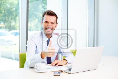 Бизнесмен показывает превью в офисе, 30x20 см, на бумаге11.07 Всемирный день мужчин<br>Постер на холсте или бумаге. Любого нужного вам размера. В раме или без. Подвес в комплекте. Трехслойная надежная упаковка. Доставим в любую точку России. Вам осталось только повесить картину на стену!<br>