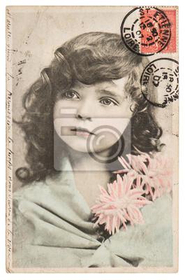 Постер Винтажный портрет красивой маленькой девочки ЦС 1907Дети<br>Постер на холсте или бумаге. Любого нужного вам размера. В раме или без. Подвес в комплекте. Трехслойная надежная упаковка. Доставим в любую точку России. Вам осталось только повесить картину на стену!<br>