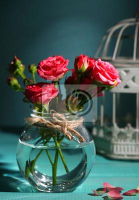 Постер Розы Красивые маленькие розовые розы на голубом фонеРозы<br>Постер на холсте или бумаге. Любого нужного вам размера. В раме или без. Подвес в комплекте. Трехслойная надежная упаковка. Доставим в любую точку России. Вам осталось только повесить картину на стену!<br>