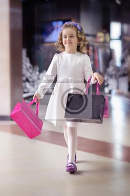 Милая маленькая девочка идет в торговый центр., 20x30 см, на бумагеШоппинг<br>Постер на холсте или бумаге. Любого нужного вам размера. В раме или без. Подвес в комплекте. Трехслойная надежная упаковка. Доставим в любую точку России. Вам осталось только повесить картину на стену!<br>