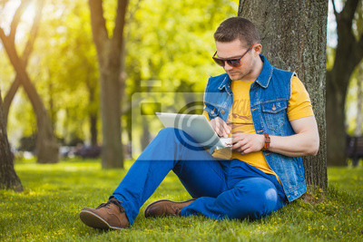 Постер Праздники Молодой человек в парке, сидя на траве с ноутбуком, 30x20 см, на бумаге05.13 День фрилансера<br>Постер на холсте или бумаге. Любого нужного вам размера. В раме или без. Подвес в комплекте. Трехслойная надежная упаковка. Доставим в любую точку России. Вам осталось только повесить картину на стену!<br>