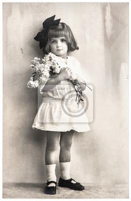 Постер Старинное фото портрет маленькой девочки с цветами. День МатериДети<br>Постер на холсте или бумаге. Любого нужного вам размера. В раме или без. Подвес в комплекте. Трехслойная надежная упаковка. Доставим в любую точку России. Вам осталось только повесить картину на стену!<br>