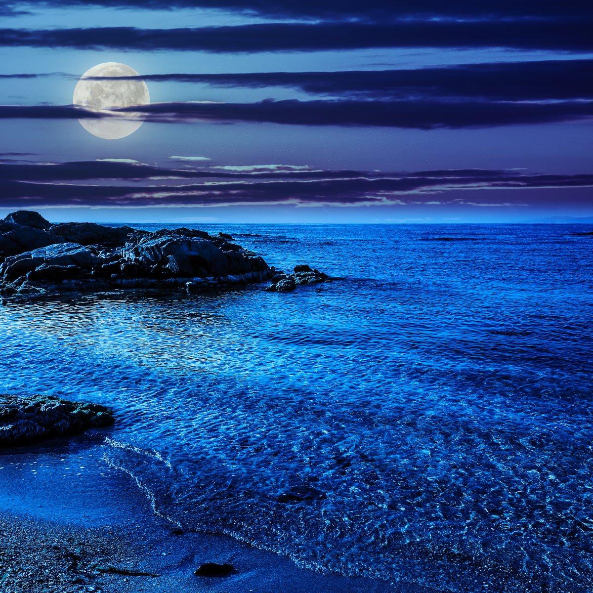 Постер Полнолуние Спокойное море с волнами на песчаный пляж ночьюПолнолуние<br>Постер на холсте или бумаге. Любого нужного вам размера. В раме или без. Подвес в комплекте. Трехслойная надежная упаковка. Доставим в любую точку России. Вам осталось только повесить картину на стену!<br>