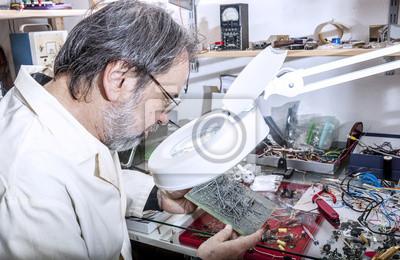 Инженер-электронщик в лаборатории, 31x20 см, на бумагеПроизводство электронных компонентов и кабеля<br>Постер на холсте или бумаге. Любого нужного вам размера. В раме или без. Подвес в комплекте. Трехслойная надежная упаковка. Доставим в любую точку России. Вам осталось только повесить картину на стену!<br>