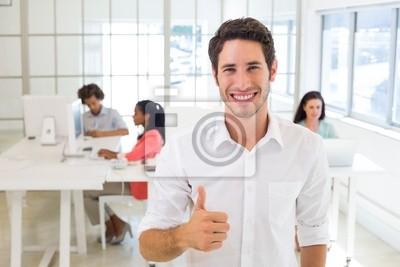 Улыбающийся работник, давая пальцы вверх, 30x20 см, на бумаге11.07 Всемирный день мужчин<br>Постер на холсте или бумаге. Любого нужного вам размера. В раме или без. Подвес в комплекте. Трехслойная надежная упаковка. Доставим в любую точку России. Вам осталось только повесить картину на стену!<br>