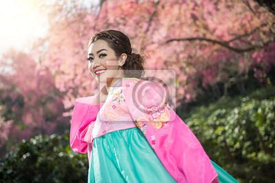 Постер Ханбок: в традиционном корейском платье и красивые Азиатские девушкиКореянки<br>Постер на холсте или бумаге. Любого нужного вам размера. В раме или без. Подвес в комплекте. Трехслойная надежная упаковка. Доставим в любую точку России. Вам осталось только повесить картину на стену!<br>