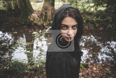 Искусство, картина Красивый темно-женщина-вампир с черным плащом и капюшоном, 30x20 см, на бумагеФэнтези<br>Постер на холсте или бумаге. Любого нужного вам размера. В раме или без. Подвес в комплекте. Трехслойная надежная упаковка. Доставим в любую точку России. Вам осталось только повесить картину на стену!<br>