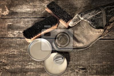Постер Обувной воск, загрузочный и щетки на деревянной поверхностиУход за обувью<br>Постер на холсте или бумаге. Любого нужного вам размера. В раме или без. Подвес в комплекте. Трехслойная надежная упаковка. Доставим в любую точку России. Вам осталось только повесить картину на стену!<br>