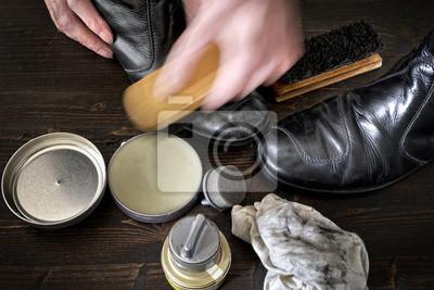 Постер Обувь и полировального оборудования на темно-коричневой деревянной поверхностиУход за обувью<br>Постер на холсте или бумаге. Любого нужного вам размера. В раме или без. Подвес в комплекте. Трехслойная надежная упаковка. Доставим в любую точку России. Вам осталось только повесить картину на стену!<br>