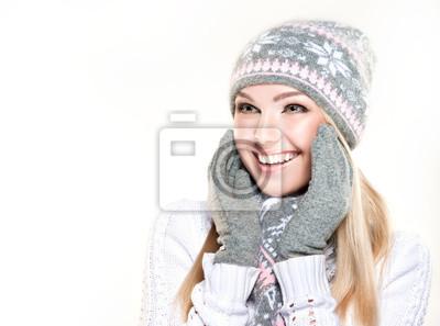 Постер Салон зимняя девочка, надевая шляпу и шарфЭмоции<br>Постер на холсте или бумаге. Любого нужного вам размера. В раме или без. Подвес в комплекте. Трехслойная надежная упаковка. Доставим в любую точку России. Вам осталось только повесить картину на стену!<br>