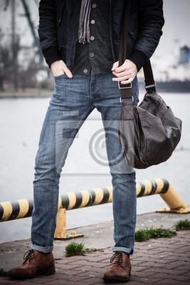 Постер Фотомодель парень с мешком на свежем воздухеМужской стиль, сумки<br>Постер на холсте или бумаге. Любого нужного вам размера. В раме или без. Подвес в комплекте. Трехслойная надежная упаковка. Доставим в любую точку России. Вам осталось только повесить картину на стену!<br>