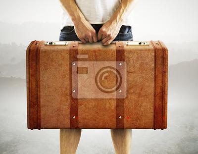 Постер Мужчины холдинг кожаный чемоданМужской стиль, сумки<br>Постер на холсте или бумаге. Любого нужного вам размера. В раме или без. Подвес в комплекте. Трехслойная надежная упаковка. Доставим в любую точку России. Вам осталось только повесить картину на стену!<br>