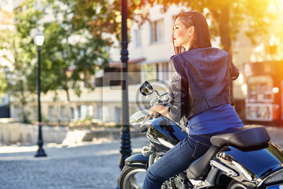 Байкер девушка в кожаной куртке на мотоцикле, 30x20 см, на бумагеМотоциклы<br>Постер на холсте или бумаге. Любого нужного вам размера. В раме или без. Подвес в комплекте. Трехслойная надежная упаковка. Доставим в любую точку России. Вам осталось только повесить картину на стену!<br>