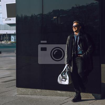 Постер Фото красота мода модель в кожаном пальто сумка и солнцезащитные очкиМужской стиль, сумки<br>Постер на холсте или бумаге. Любого нужного вам размера. В раме или без. Подвес в комплекте. Трехслойная надежная упаковка. Доставим в любую точку России. Вам осталось только повесить картину на стену!<br>