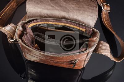 Постер Мужчины плеча сумку вид изнутриМужской стиль, сумки<br>Постер на холсте или бумаге. Любого нужного вам размера. В раме или без. Подвес в комплекте. Трехслойная надежная упаковка. Доставим в любую точку России. Вам осталось только повесить картину на стену!<br>
