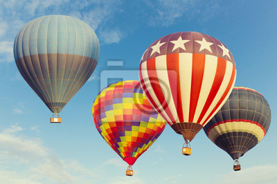Постер-картина Воздушные шары Воздушные шары над голубое небоВоздушные шары<br>Постер на холсте или бумаге. Любого нужного вам размера. В раме или без. Подвес в комплекте. Трехслойная надежная упаковка. Доставим в любую точку России. Вам осталось только повесить картину на стену!<br>