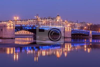 Постер Санкт-Петербург Дворцовый мост и здание Эрмитажа, Санкт-ПетербургСанкт-Петербург<br>Постер на холсте или бумаге. Любого нужного вам размера. В раме или без. Подвес в комплекте. Трехслойная надежная упаковка. Доставим в любую точку России. Вам осталось только повесить картину на стену!<br>