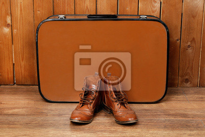 Постер Ретро чемодан с мужской обуви на деревянный пол и фонМужской стиль, сумки<br>Постер на холсте или бумаге. Любого нужного вам размера. В раме или без. Подвес в комплекте. Трехслойная надежная упаковка. Доставим в любую точку России. Вам осталось только повесить картину на стену!<br>
