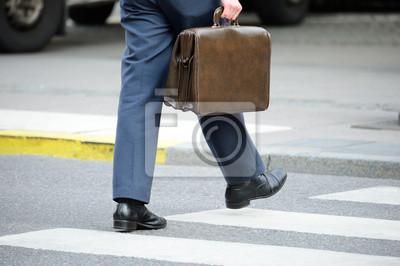 Постер Костюм (мужчина) в силуэт ходьба на улице.Мужской стиль, сумки<br>Постер на холсте или бумаге. Любого нужного вам размера. В раме или без. Подвес в комплекте. Трехслойная надежная упаковка. Доставим в любую точку России. Вам осталось только повесить картину на стену!<br>