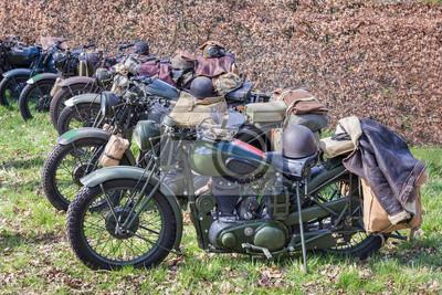 Зеленые военные мотоциклы, припаркованные в ряд, 30x20 см, на бумагеМотоциклы<br>Постер на холсте или бумаге. Любого нужного вам размера. В раме или без. Подвес в комплекте. Трехслойная надежная упаковка. Доставим в любую точку России. Вам осталось только повесить картину на стену!<br>