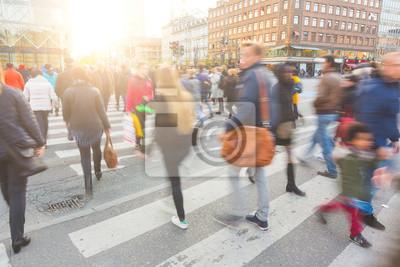 Постер Размытой толпы людей, идущих по зебре пройти в Копенгагене, 30x20 см, на бумагеПанорамные виды городов (улицы, люди, машины)<br>Постер на холсте или бумаге. Любого нужного вам размера. В раме или без. Подвес в комплекте. Трехслойная надежная упаковка. Доставим в любую точку России. Вам осталось только повесить картину на стену!<br>