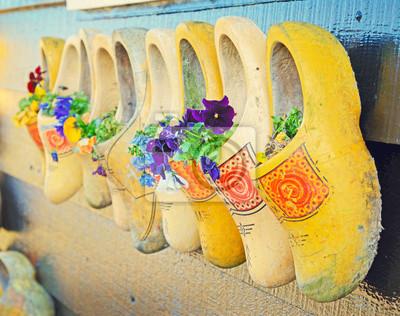 Постер Нидерланды Традиционную национальную деревянную обувь-Кломпы, как вазоны витНидерланды<br>Постер на холсте или бумаге. Любого нужного вам размера. В раме или без. Подвес в комплекте. Трехслойная надежная упаковка. Доставим в любую точку России. Вам осталось только повесить картину на стену!<br>