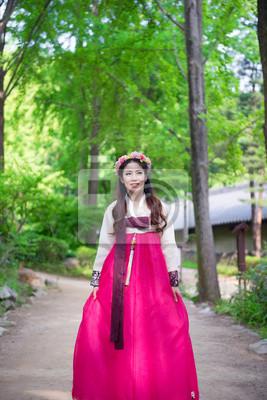 Постер Женщина с Ханбок,традиционный корейский платье.Кореянки<br>Постер на холсте или бумаге. Любого нужного вам размера. В раме или без. Подвес в комплекте. Трехслойная надежная упаковка. Доставим в любую точку России. Вам осталось только повесить картину на стену!<br>