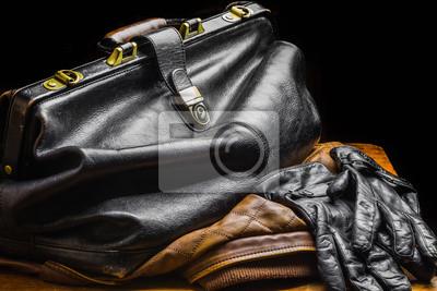 Постер Черная кожаная сумкаМужской стиль, сумки<br>Постер на холсте или бумаге. Любого нужного вам размера. В раме или без. Подвес в комплекте. Трехслойная надежная упаковка. Доставим в любую точку России. Вам осталось только повесить картину на стену!<br>
