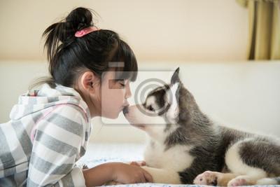 Маленькая азиатская девушка целует щенок сибирской хаски, 30x20 см, на бумагеЖивотные и люди<br>Постер на холсте или бумаге. Любого нужного вам размера. В раме или без. Подвес в комплекте. Трехслойная надежная упаковка. Доставим в любую точку России. Вам осталось только повесить картину на стену!<br>