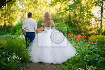 Постер Оформление офиса Невеста и жених в парке, держась за руки вокруг красивые клумбы с маками и белыми цветами, 30x20 см, на бумагеСвадебный салон<br>Постер на холсте или бумаге. Любого нужного вам размера. В раме или без. Подвес в комплекте. Трехслойная надежная упаковка. Доставим в любую точку России. Вам осталось только повесить картину на стену!<br>