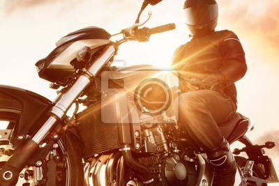 Motorbiker на своем мотоцикле, 30x20 см, на бумагеМотоциклы<br>Постер на холсте или бумаге. Любого нужного вам размера. В раме или без. Подвес в комплекте. Трехслойная надежная упаковка. Доставим в любую точку России. Вам осталось только повесить картину на стену!<br>