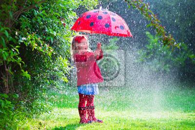 Постер Дождь Маленькая девочка с зонтиком играть в дождьДождь<br>Постер на холсте или бумаге. Любого нужного вам размера. В раме или без. Подвес в комплекте. Трехслойная надежная упаковка. Доставим в любую точку России. Вам осталось только повесить картину на стену!<br>