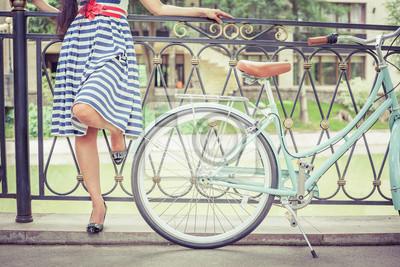 Молодая девушка, одетая в полосатом платье стоит возле забора, рядом старинные города на велосипеде в парке. Свобода-женщина с ее счастливой в отпуск на поездки в европейские города, Париж, 30x20 см, на бумагеВелосипеды<br>Постер на холсте или бумаге. Любого нужного вам размера. В раме или без. Подвес в комплекте. Трехслойная надежная упаковка. Доставим в любую точку России. Вам осталось только повесить картину на стену!<br>
