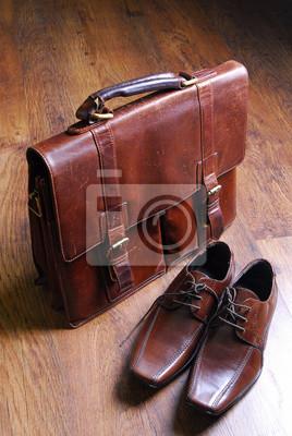 Постер Винтажный кожаный портфель и классический стиль кожаная обувьМужской стиль, сумки<br>Постер на холсте или бумаге. Любого нужного вам размера. В раме или без. Подвес в комплекте. Трехслойная надежная упаковка. Доставим в любую точку России. Вам осталось только повесить картину на стену!<br>
